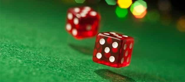 Un jeu de dés rebondissant sur la table de craps.