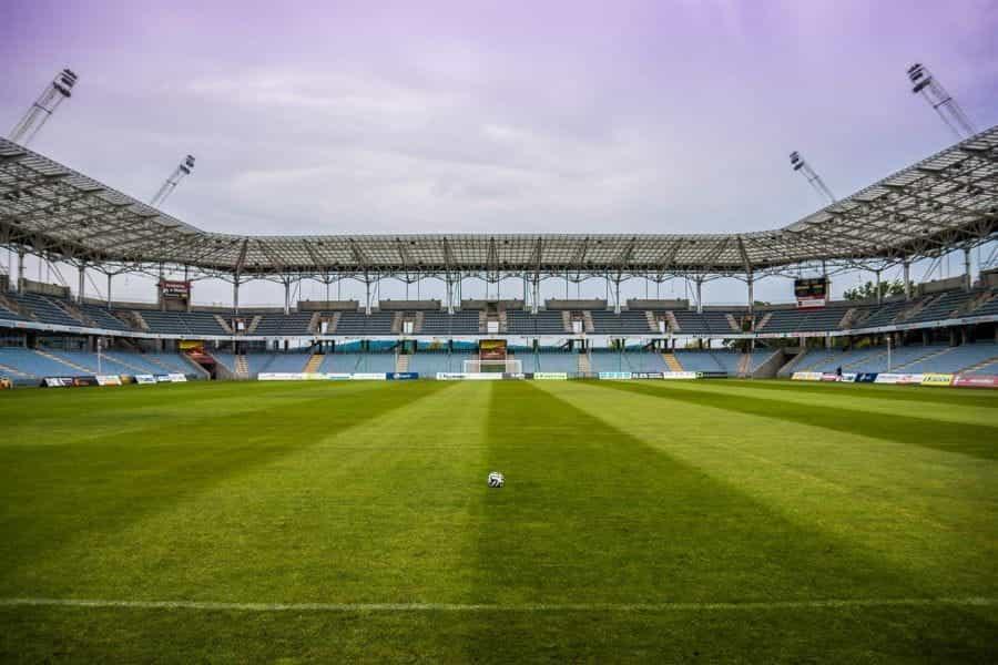 Stadion sepak bola kosong.