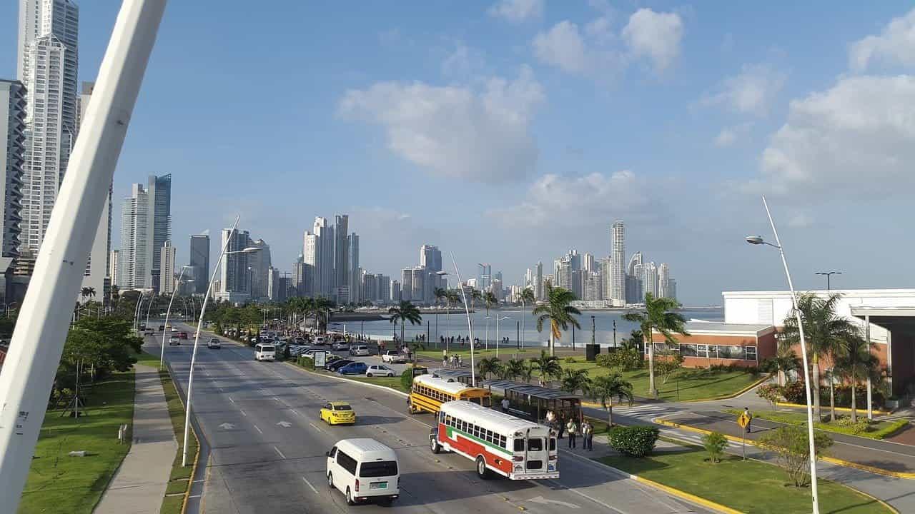 Jalan raya di Kota Panama, Panama.