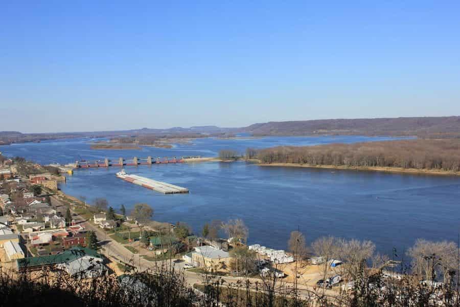 Tepi sungai Mississippi.