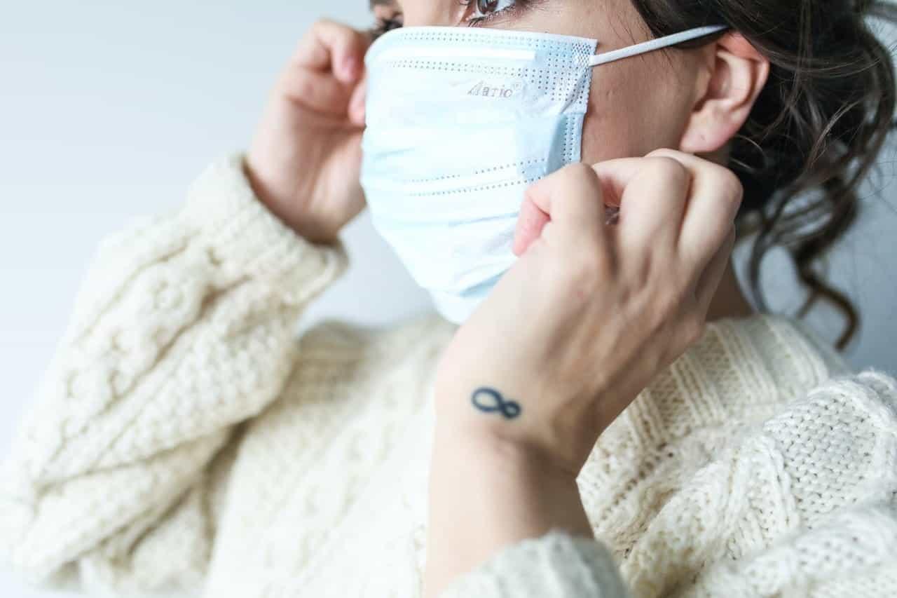 Seorang wanita muda yang memakai masker.