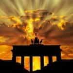 Matahari terbenam di Brandenburger Tor di Berlin.