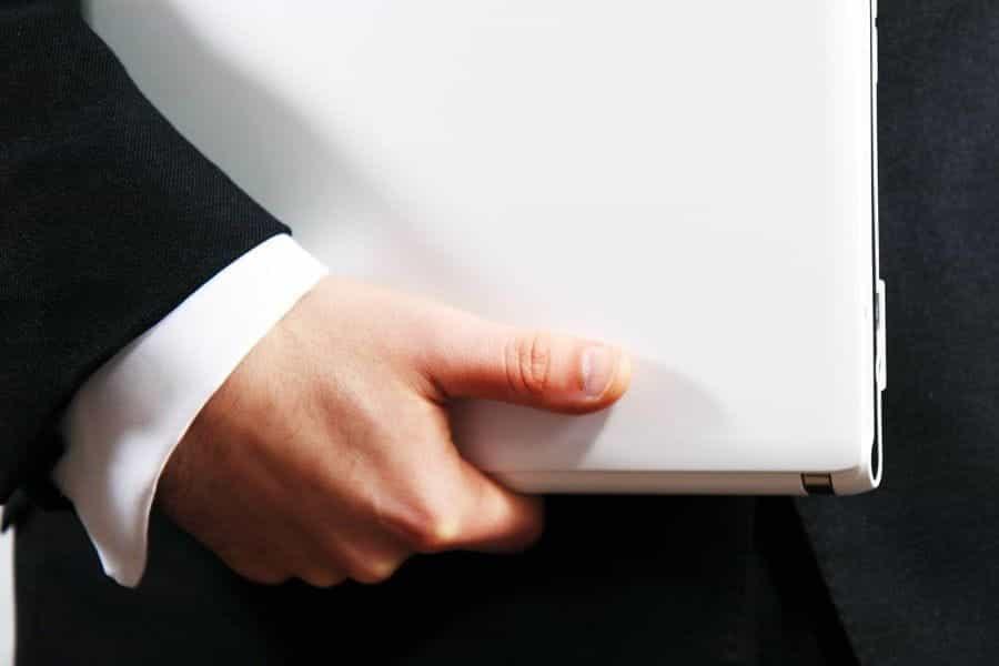 Seorang pebisnis memegang binder sebelum presentasi atau rapat.