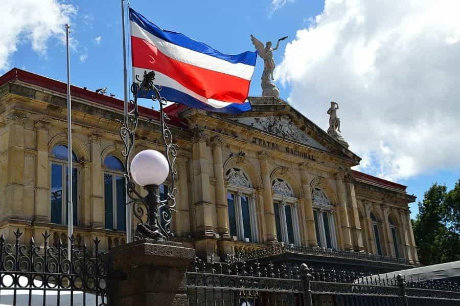 Bendera Kosta Rika berkibar di sebelah Teatro Nacional.