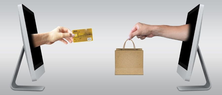 Kartu kredit digunakan untuk berbelanja online.