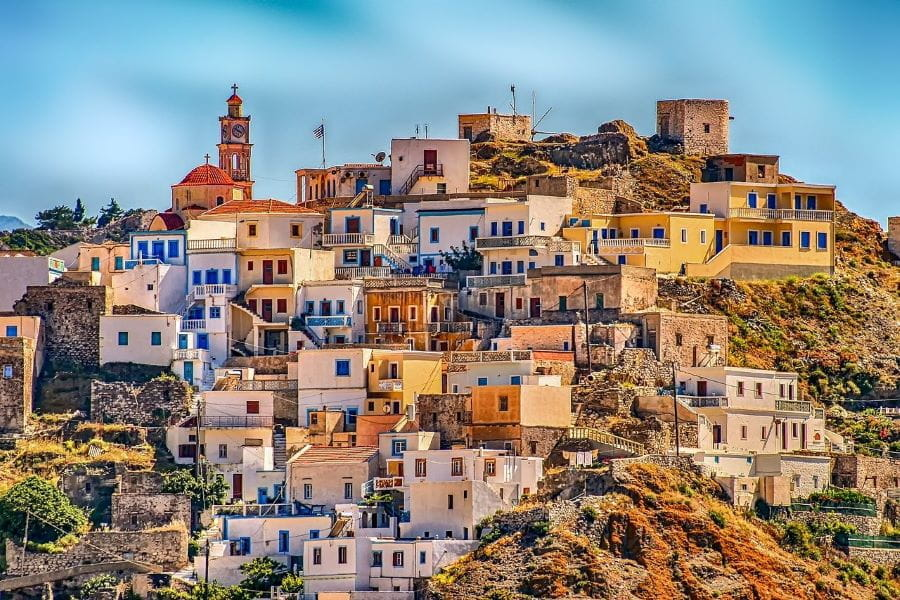 Desa Karpathos Yunani terletak di atas bukit yang mengesankan.