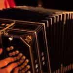 Seorang musisi memainkan akordeon di Buenos Aires, Argentina.