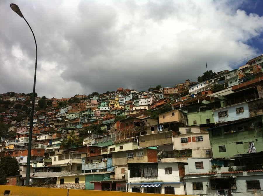 Rumah berdesakan rapat di sebuah gunung di Caracas, Venezuela.
