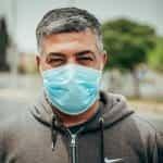 Seorang pria memakai masker pelindung wajah.