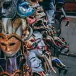 Masker Mardi Gras penuh warna untuk dijual di New Orleans, Louisiana.
