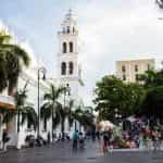 Sebuah alun-alun luar ruangan di Veracruz, Meksiko.