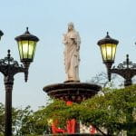 Monumen wanita dengan gaun mengalir di Maracaibo, Venezuela.