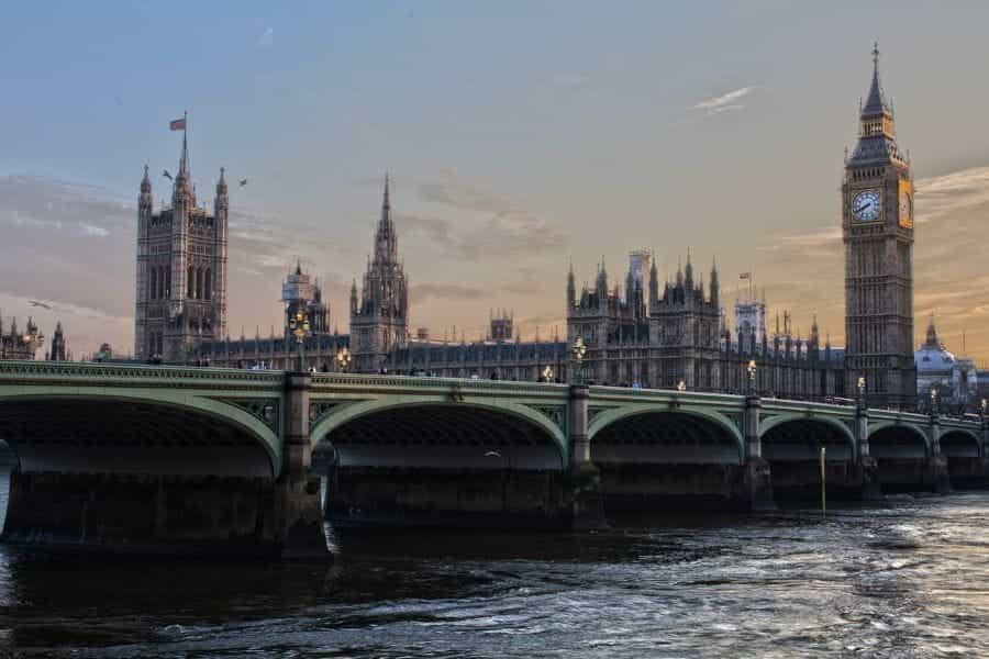 Big Ben dan gedung parlemen di sebelah sungai Thames.