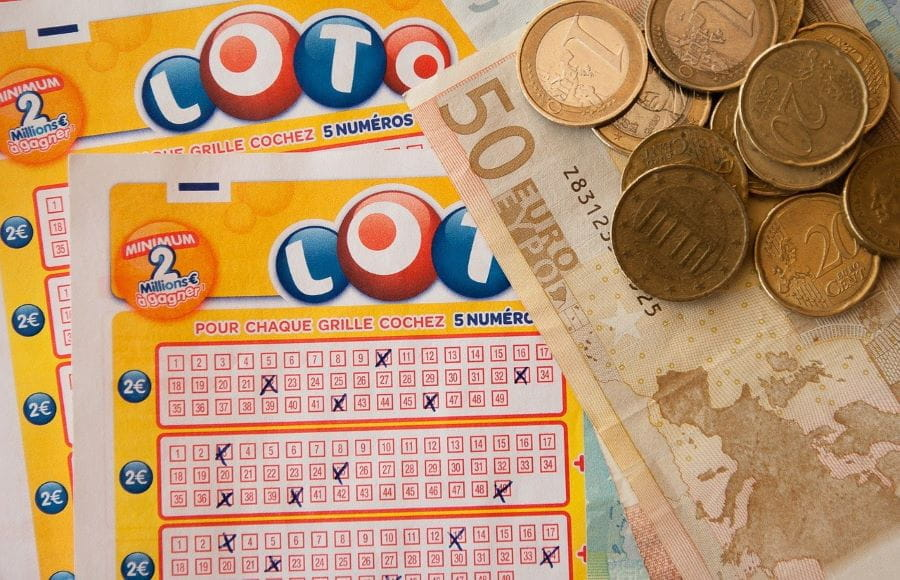 Tiket lotere dan uang.
