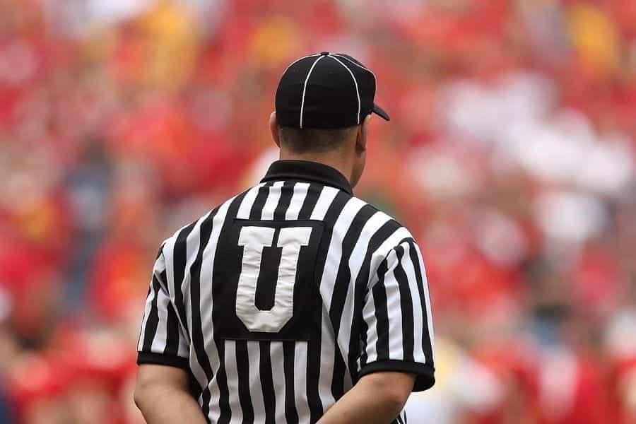 Wasit di pertandingan sepak bola Iowa State.