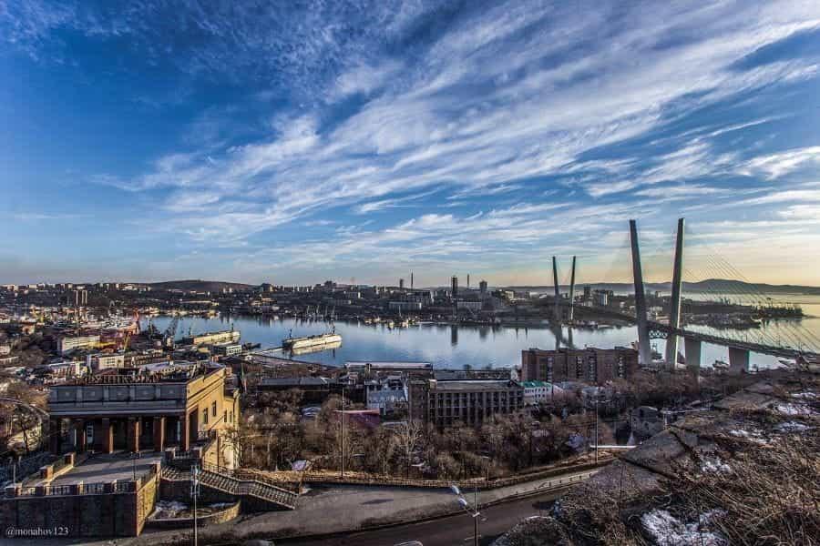 Kota pelabuhan Vladivostok di Timur Jauh Rusia, memiliki jembatan penyangga kabel dan area pelabuhan yang berkembang.