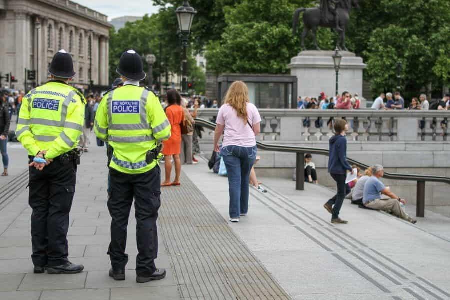 Dua petugas polisi di pusat kota.