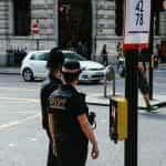Dua petugas polisi di samping jalan.