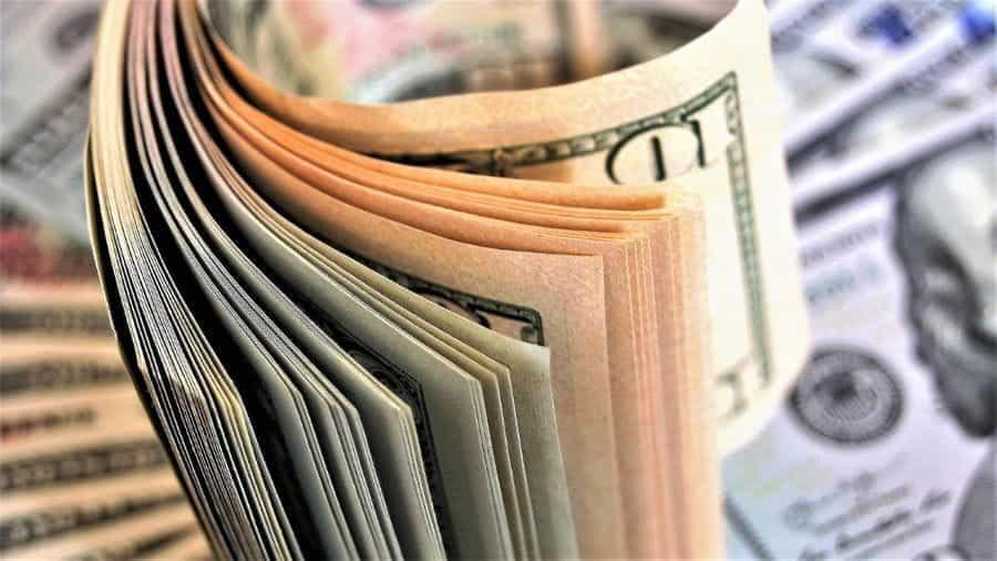 Uang kertas dalam jumlah banyak.