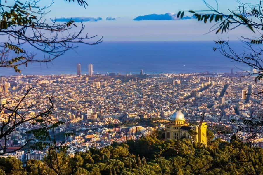 Kota Barcelona dan lautan.