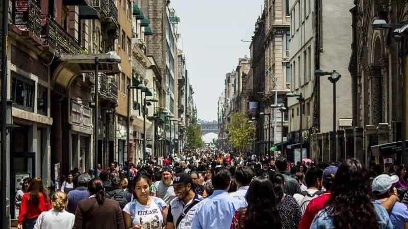 Jalan kota yang sibuk di Meksiko.
