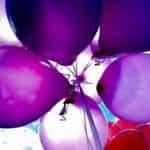 Sekelompok balon ungu.