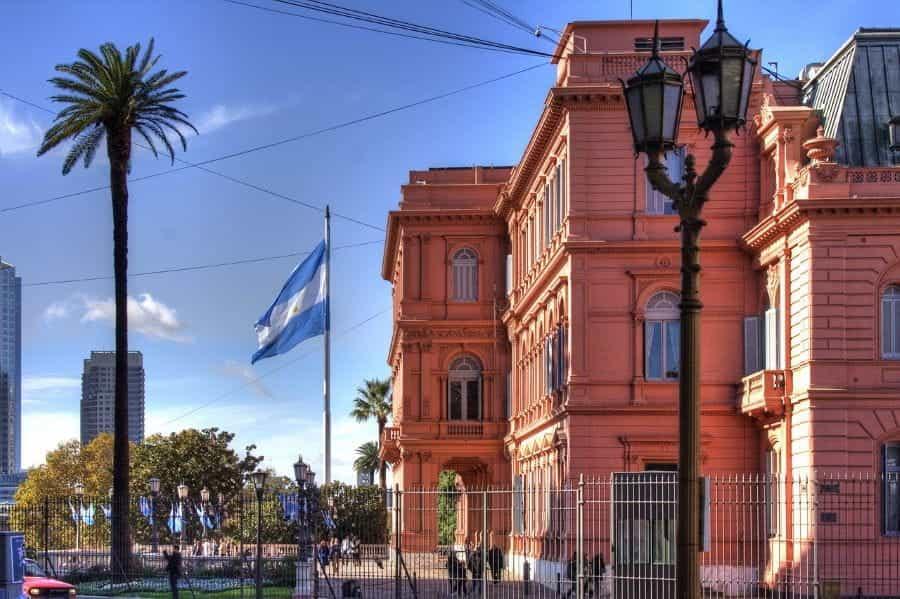 Bendera Argentina berkibar di luar Casa Rosada di Buenos Aires, Argentina.