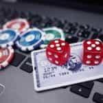 Kartu kredit dan chip kasino.
