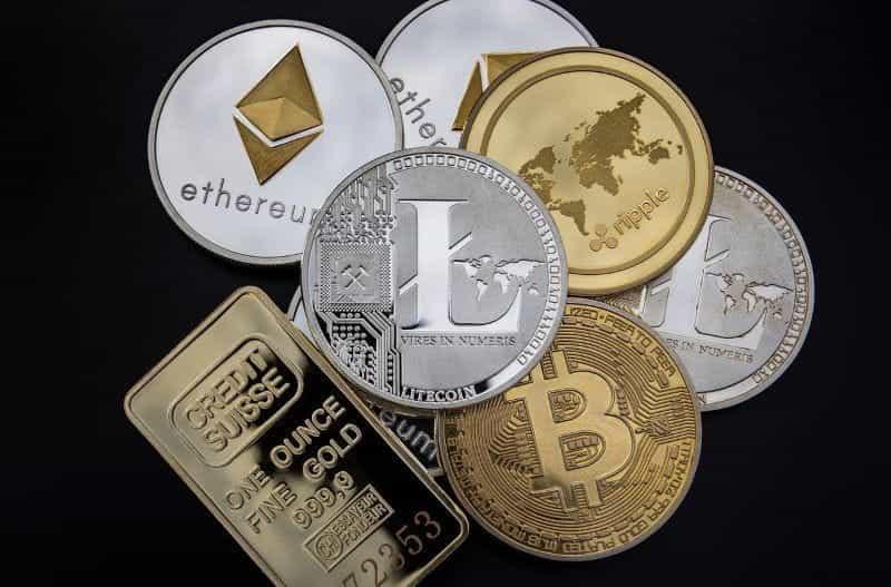 Setumpuk koin dicetak dengan simbol berbagai jenis cryptocurrency.