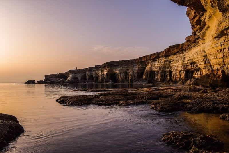 Tebing di sepanjang pantai negara pulau Mediterania di Siprus.