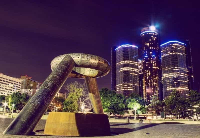 Pencakar langit di Detroit, Michigan, pada malam hari.