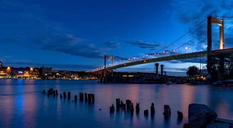 Salah satu jembatan utama kota Gothenburg di Swedia saat matahari terbenam, saat kegelapan mulai turun di atas kota yang terang benderang.