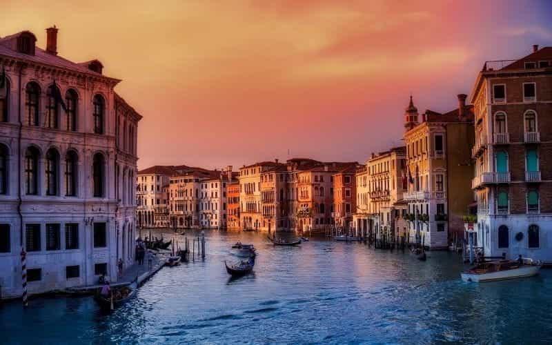Kota Venesia di Italia, kanal-kanal yang terkenal di dunia menampilkan kehidupan yang ramai, dengan perahu dan gondola berlayar ke sana kemari.