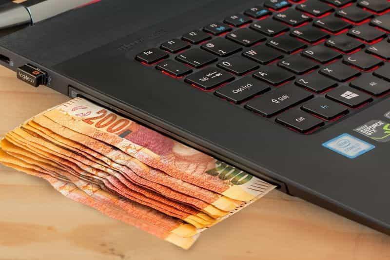 Laptop dan uang tunai.
