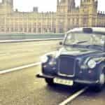 Taksi London melewati Westminster.