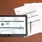 Hasil laporan, menampilkan grafik dan bagan yang ditampilkan di kedua tablet komputer, serta mencetak dokumen akhir.