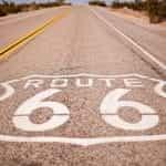 Sebuah jalan raya di Nevada yang dihiasi dengan logo Route 66 yang bersejarah.