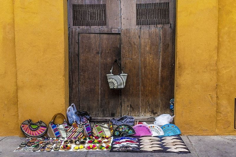 Sepatu, dompet, dan kipas angin dijual di jalan di Cartagena, Kolombia.