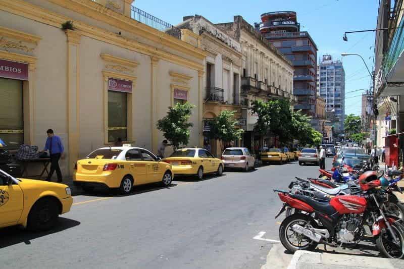 Jalan perkotaan di Asunción, Paraguay.