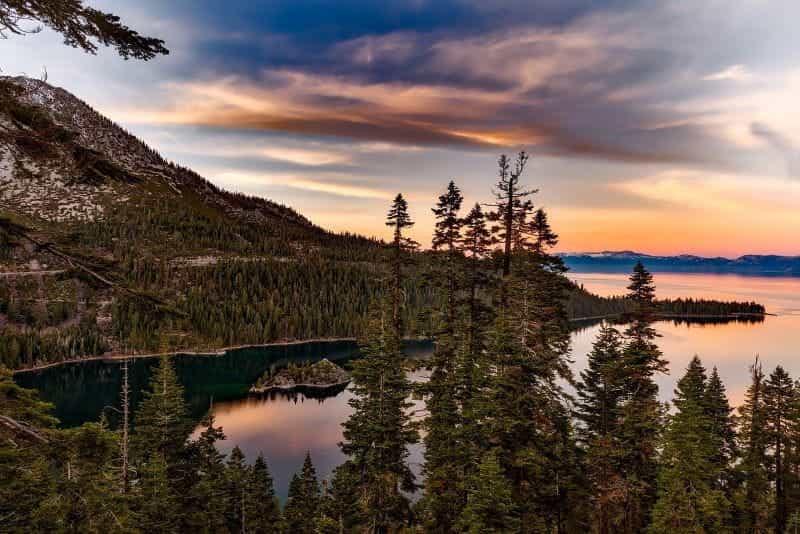 Matahari terbenam di atas Danau Tahoe, California.