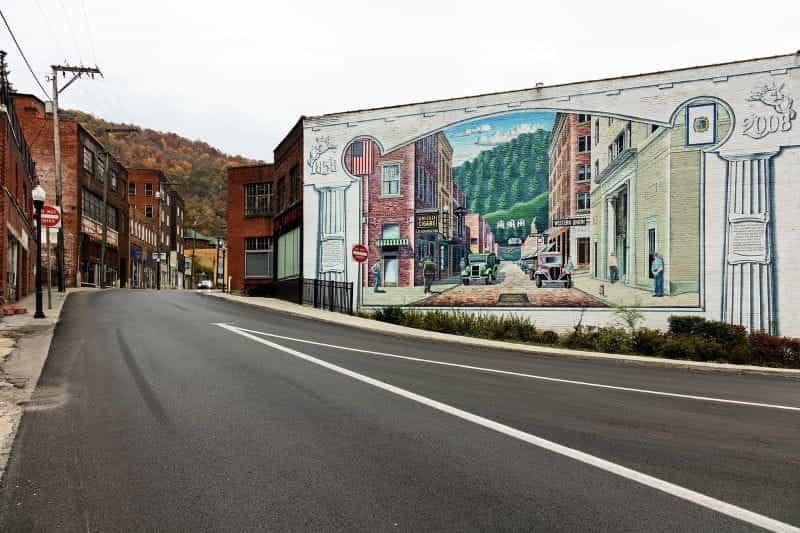 Jalan utama yang tenang di Welch, West Virginia, AS.