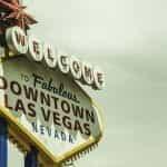 Sebuah tanda neon bertuliskan Selamat Datang di Pusat Kota Luar Biasa Las Vegas, Nevada.