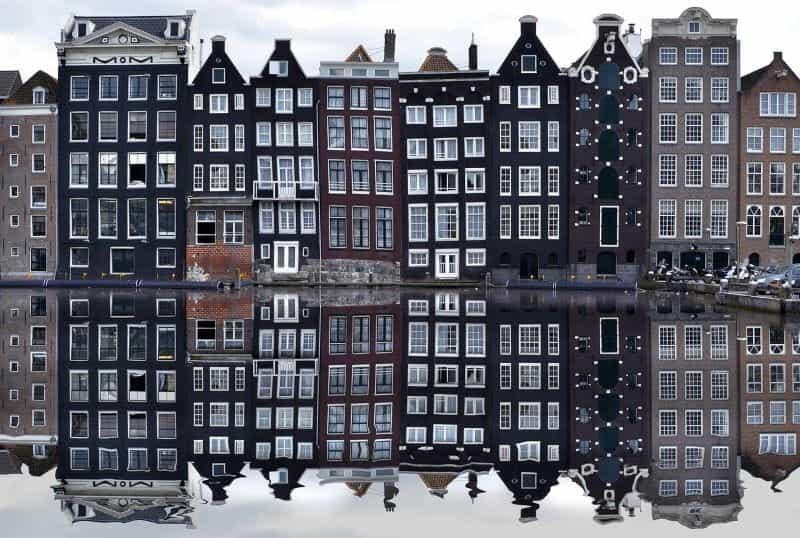 Pemandangan indah dari rumah-rumah petak ikonik ibu kota Belanda di Amsterdam.
