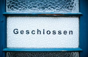 A sign displaying the word geschlossen, German for closed.