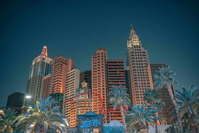 Kasino Skyrise dan pohon palem di Las Vegas.
