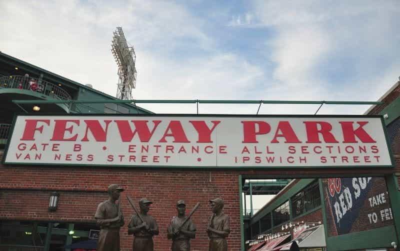 Pintu masuk ke Fenway Park di Boston, Massachusetts, AS.