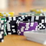 Chip poker warna-warni dan setumpuk kartu remi.