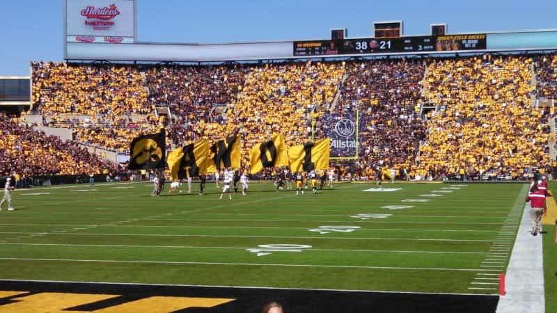 Para pemandu sorak melambaikan spanduk di lapangan pertandingan sepak bola Hawkeyes di sebuah stadion di Iowa City, Iowa.
