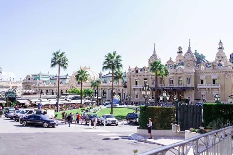 Kasino Monte Carlo di Monte Carlo, dengan prosesi besar tamu dan turis berkumpul di depan.