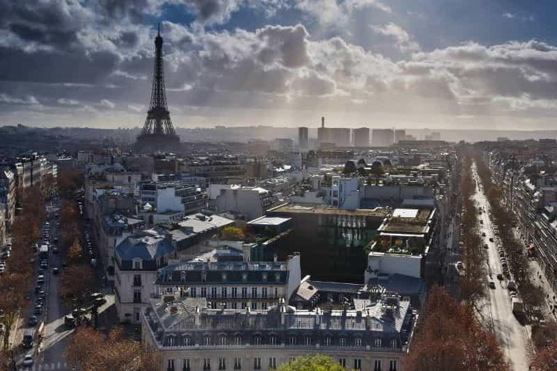 Pemandangan luas dari ibu kota Prancis, Paris, dengan Menara Eiffel yang ikonik terlihat jelas.